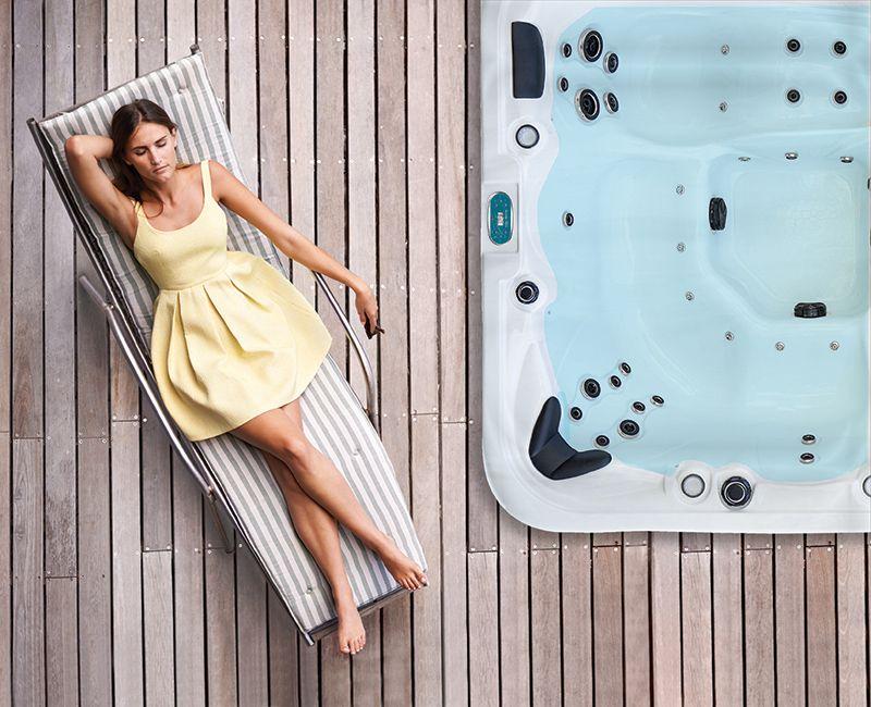 Femme se reposant près d'un spa